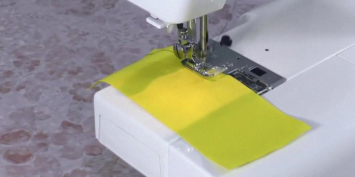 Швейная машина строчит ровно